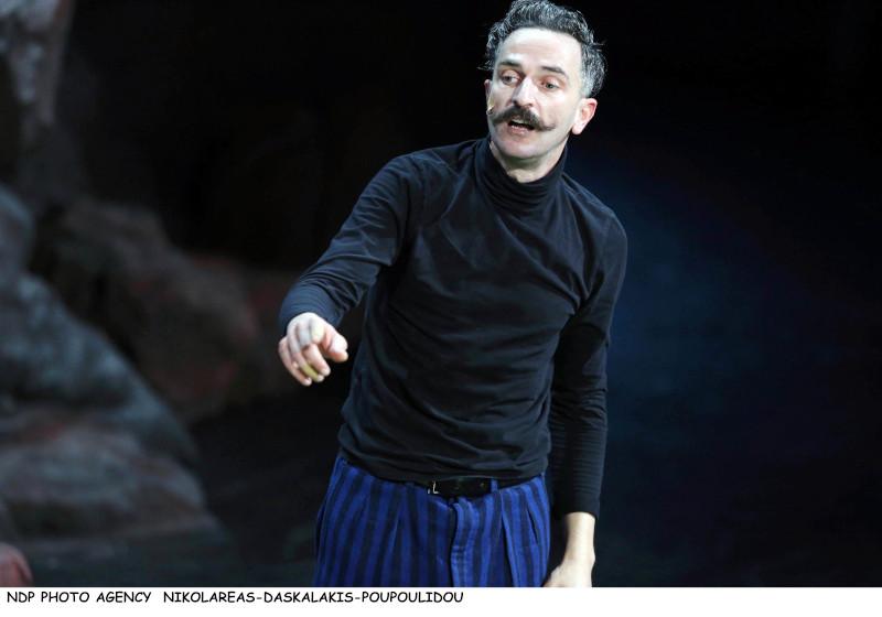 Ο Αρης Σερβετάλης με μουστάκι