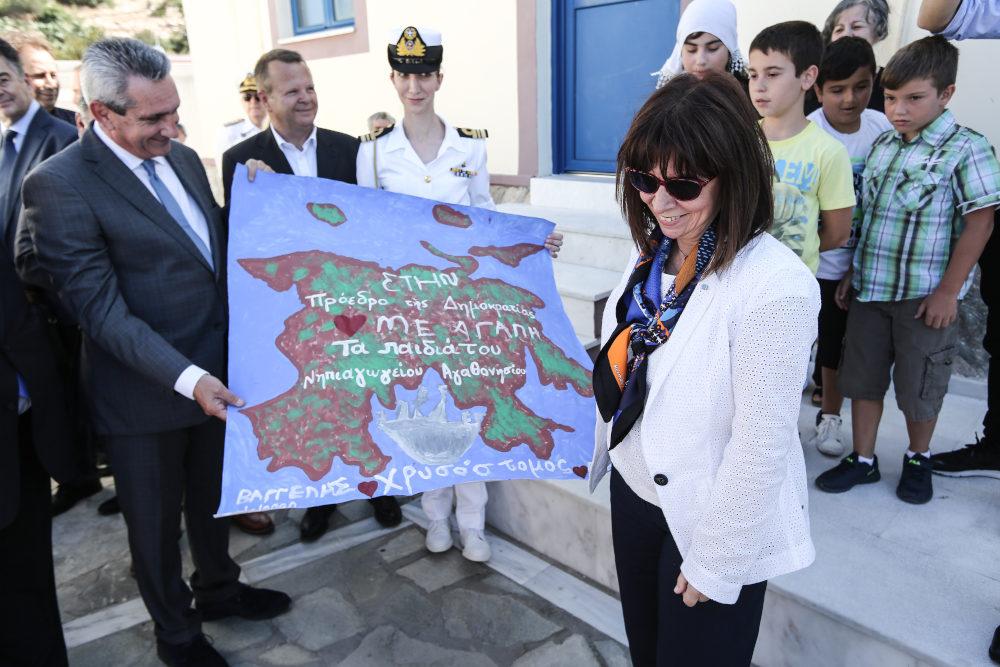 Η ζωγραφιά που παρέδωσαν τα παιδιά του σχολείου Αγαθονησίου στην Αικατερίνη Σακελλαροπούλου