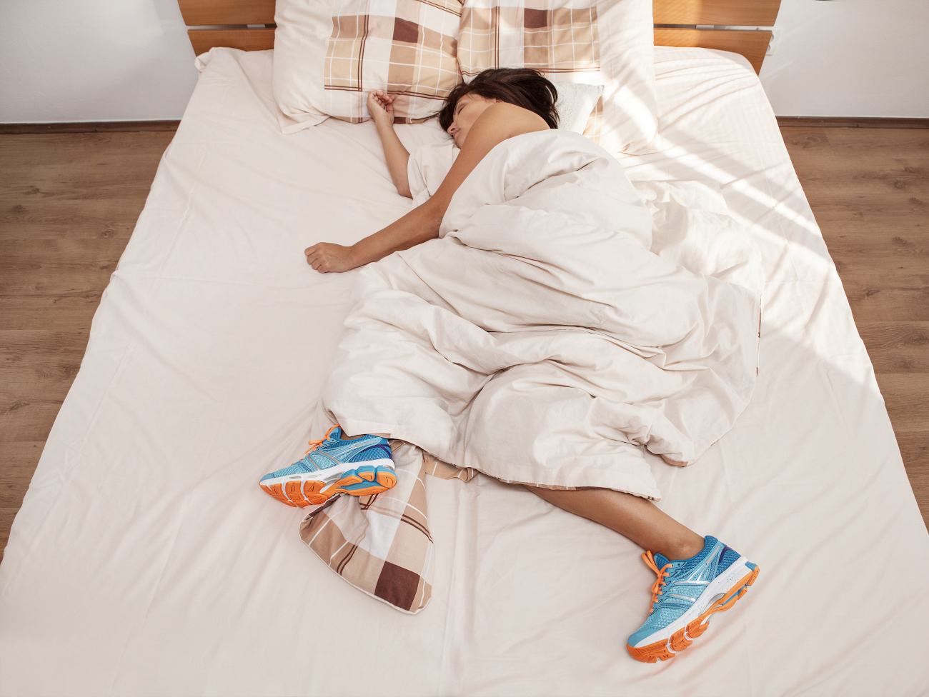 κοπέλα κοιμάται με αθλητικά παπούτσια