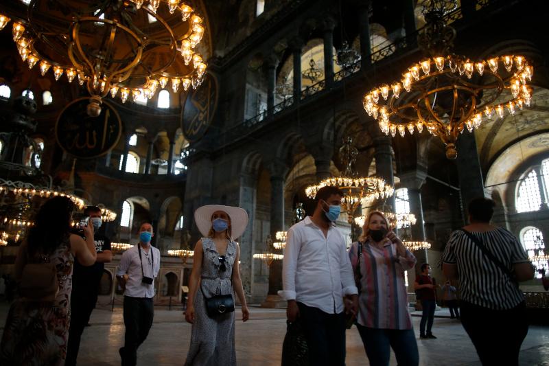Η Αγιά Σοφιά στο εσωτερικό της και επισκέπτες