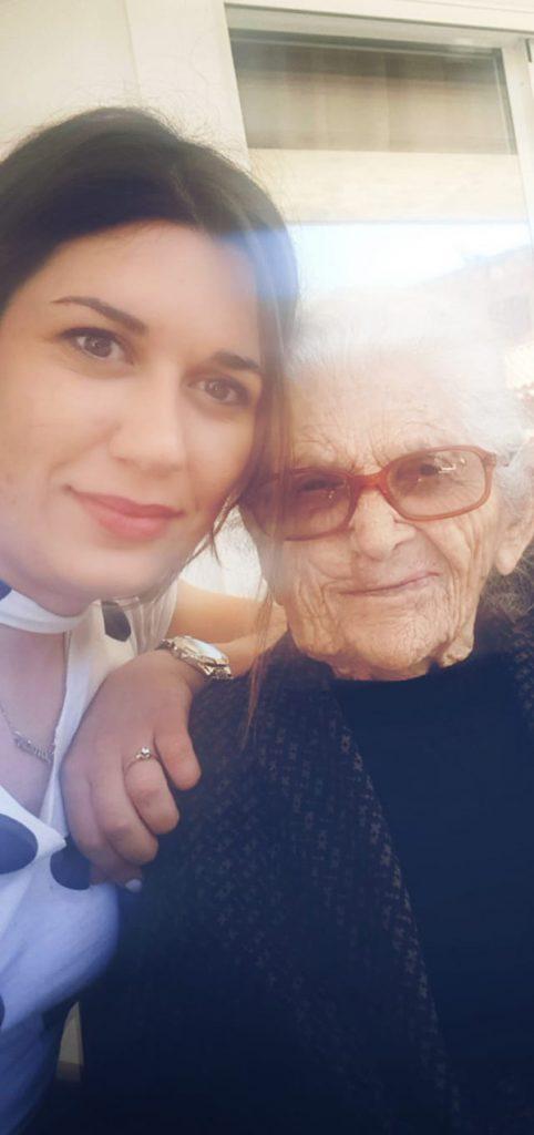 ηλικιωμένη με γιαγιά