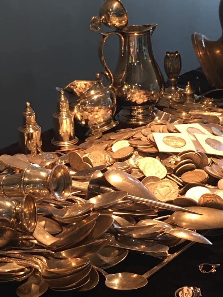 Χρυσά νομίσματα και μαχαιροπίρουνα