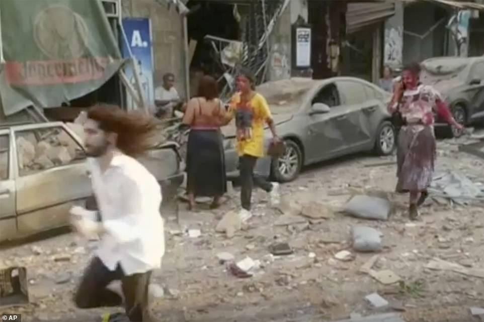 Πανικόβλητοι κάτοικοι της Βηρυτού σε δρόμο με χαλάσματα μετά την έκρηξη