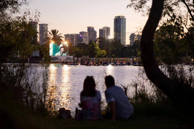 Σινεφίλ πάνω σε βάρκες και θαλάσσια ποδήλατα, αλλά και κάποιοι από τις όχθες της λίμνης στο πάρκο του Τελ Αβίβ παρακολούθησαν τη δοκιμαστική προβολή στον πρώτο πλωτό κινηματογράφο του Ισραήλ