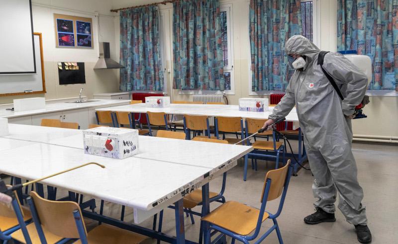 Απολύμανση σε σχολική μονάδα λόγω της πανδημίας του κορωνοϊού