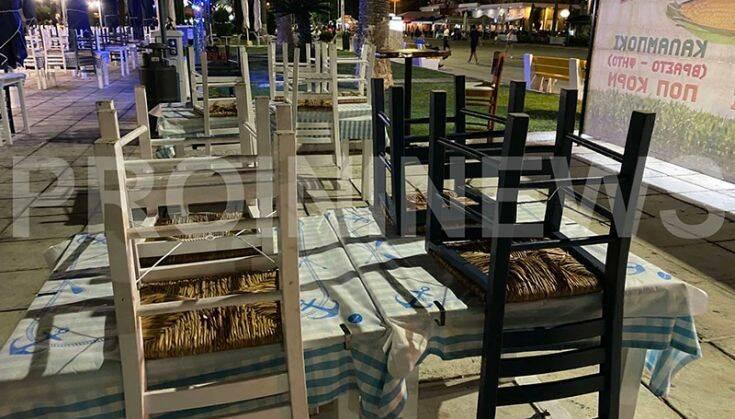 άδεια τραπέζια στην Καβάλα