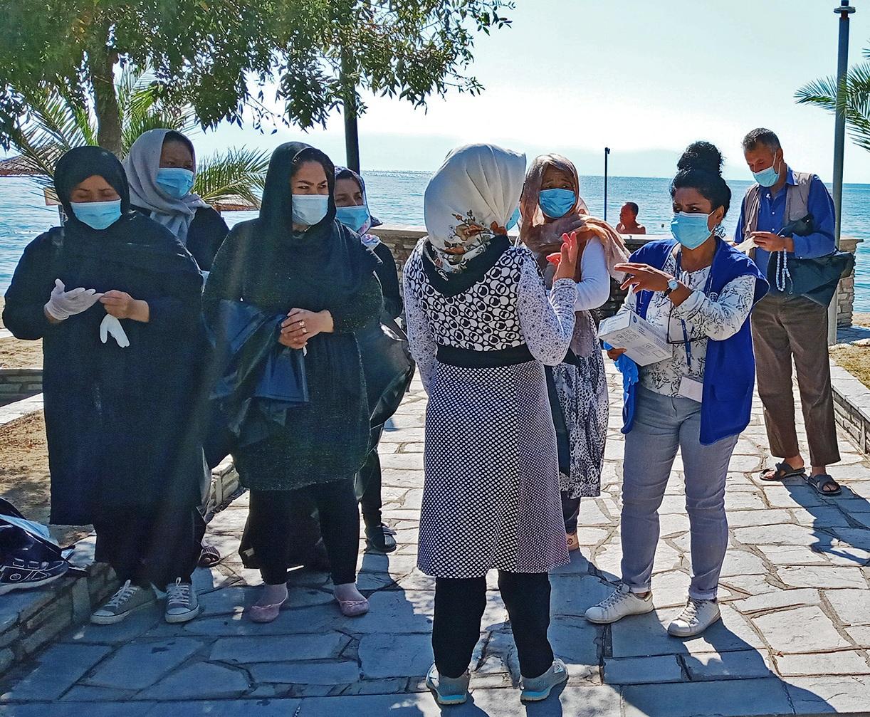 Με μάσκες και γάντια λόγω της πανδημίας του κορωνοϊού