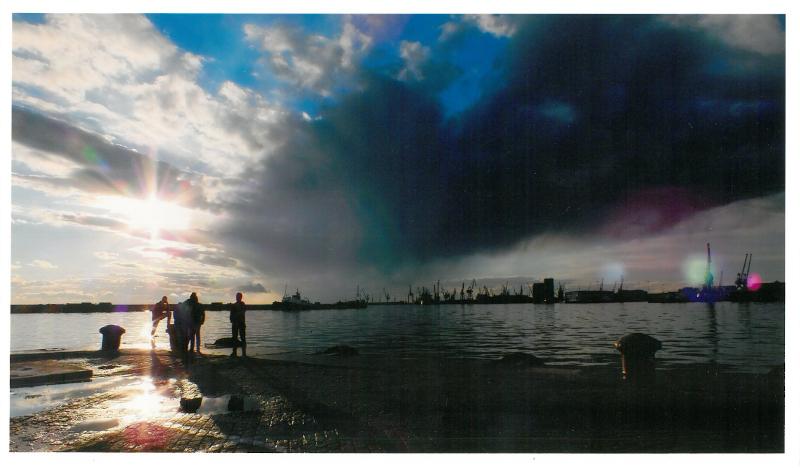 Οταν τα σύννεφα «αγκαλιάζουν» τον ήλιο στον Θερμαϊκό