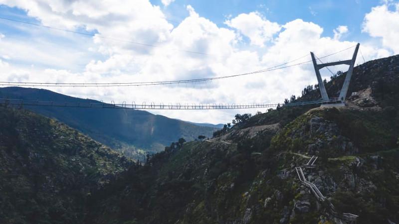 Η κατασκευή της κρεμαστής πεζογέφυρας στην Πορτογαλία χρειάστηκε τρία χρόνια για να ολοκληρωθεί