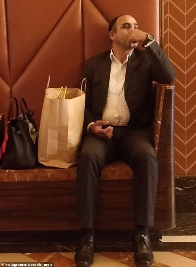 άνδρας περιμένει καθιστός και δίπλα του έχει τσάντες