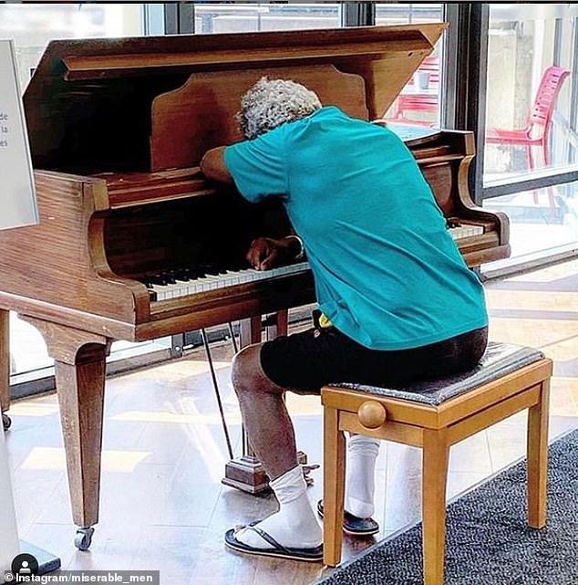 άνδρας δεν άντεξε άλλο και κοιμήθηκε στο πιάνο ενός εμπορικού κέντρου