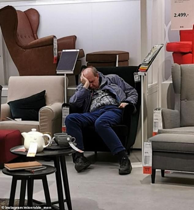 κύριο κοιμάται σε πολυθρόνα