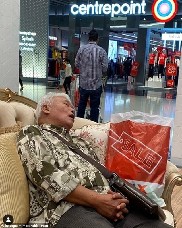 άνδρας κοιμάται σε καναπέ εμπορικού