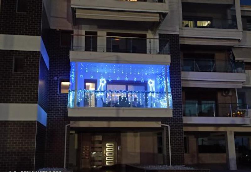 Στολισμένο για τα Χριστούγεννα μπαλκόνι στην Κοζάνη