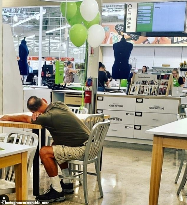 Ο άνδρας αυτός, βρήκε τη δική του θέση για να χαλαρώσει σε τραπεζαρία μαγαζιού