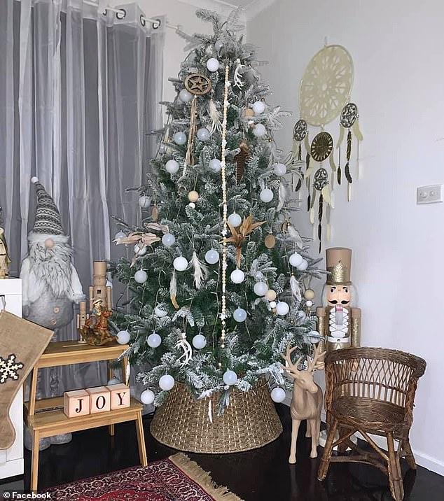 χριστουγεννιάτικο δέντρο με λευκές μπάλες