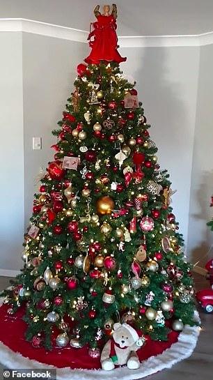 χριστουγεννιάτικο δέντρο με κόκκινες μπάλες και στολίδια