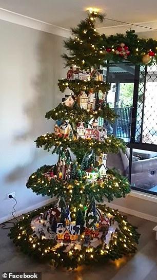 ιδιαίτερο χριστουγεννιάτικο δέντρο με σπιτάκια