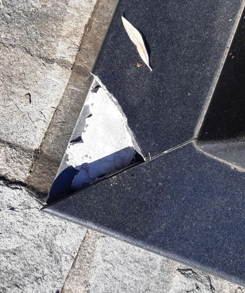 Φθορές στο μνημείο στη Δράμα