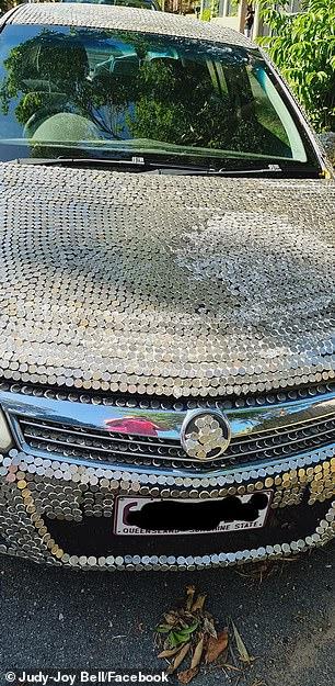 το αυτοκίνητο με τα κολλημένα κέρματα από μπροστά