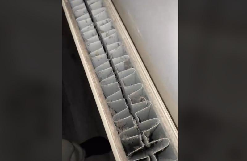 Μετά την απομάκρυνση του καλύμματος, αποκαλύπτεται η βρωμιά που κρύβεται στο εσωτερικό του καλοριφέρ