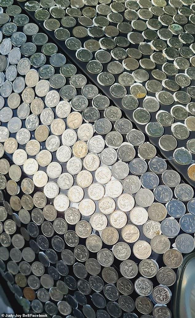 Οι κωμικοί χρειάστηκαν τη βοήθεια των φίλων τους για να κολλήσουν τα χιλιάδες νομίσματα