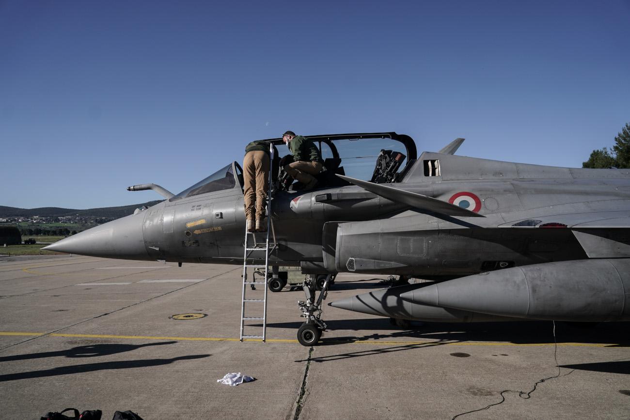 Μηχανικοί σε πολεμικό αεροσκάφος
